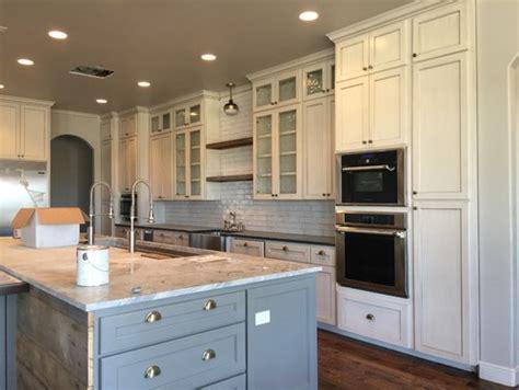 ivory white kitchen cabinets ivory cabinets with white backsplash 4887
