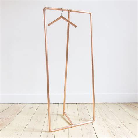 porte vetement chambre comment faire un portant porte vêtements déco bois cuivre