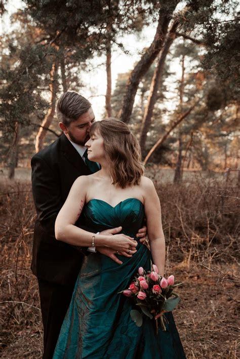 Suchen sie in stockfotos und lizenzfreien bildern zum thema hochzeitskleid von istock. Hochzeitskleid in Petrol #hochzeitsfotografrheinmain # ...