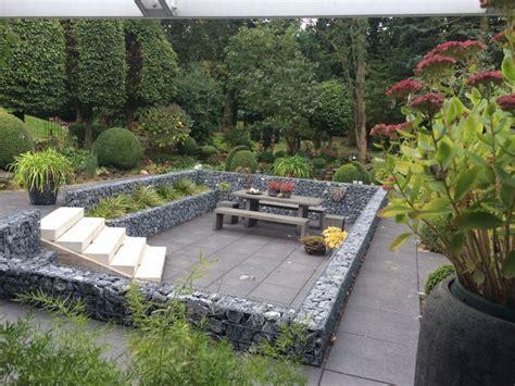Terrasse Mit Gabionenmauer Umranden Gemütliche Sitzecke