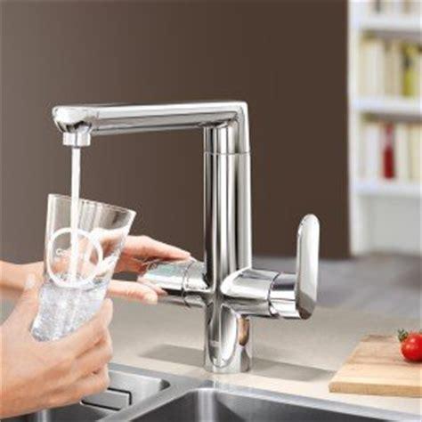 acqua gassata dal rubinetto di casa in cucina acqua fresca liscia o gassata direttamente dal