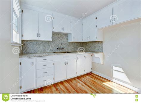 kitchen cabinets with light wood floors white kitchen cabinets with light tone hardwood floor 9838