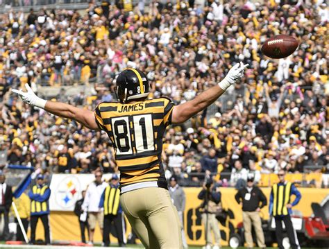 pittsburgh steelers embracing jesse james  tight