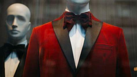 bukti penelitian pria  pakai baju warna merah