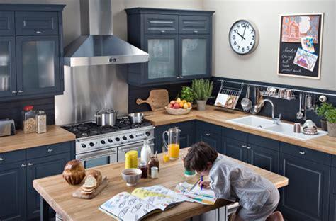 changer les facades d une cuisine patiner les façades des meubles peindre le vieux