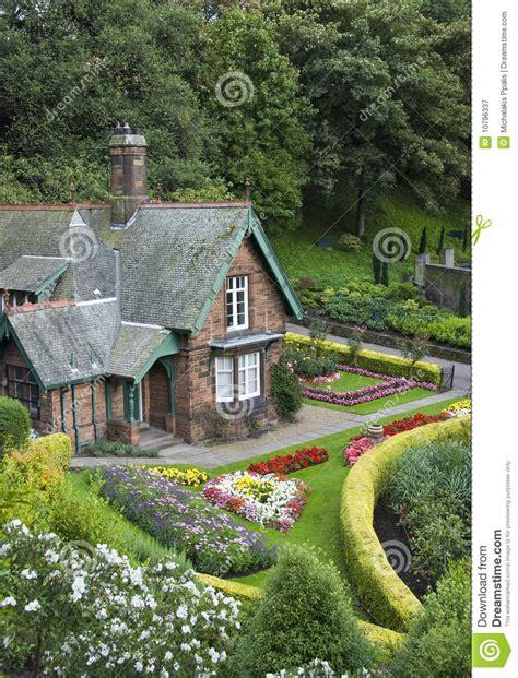 Kleines Haus Mit Garten Stockbild Bild Von Bungalow