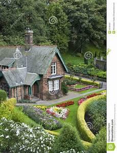 Haus Garten : kleines haus mit garten stockbild bild von bungalow 10796337 ~ Frokenaadalensverden.com Haus und Dekorationen
