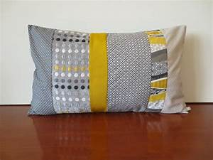 Coussin Gris Et Jaune : housse coussin patchwork en gris et jaune moutarde tendance scandinave textiles et tapis par ~ Teatrodelosmanantiales.com Idées de Décoration