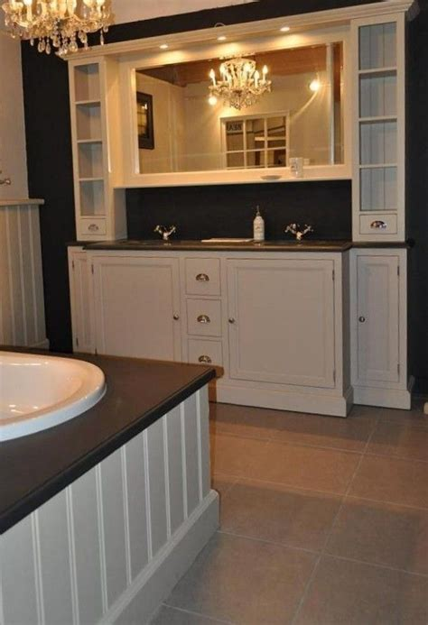 landelijke badkamers met hout landelijk badkamer meubel van echt hout in taupe kleur van