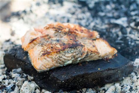 cuisiner des choux de bruxelles saumon cuit sur roche selon bob le chef