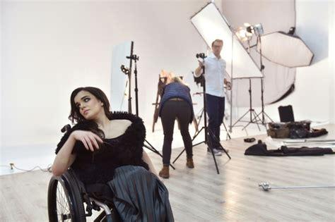 comment obtenir un fauteuil roulant ukraine la premi 232 re mannequin en chaise roulante brise les tabous