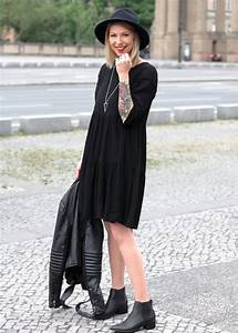 outfit all in black schwarzes kleid about you chelsea boots selected femme  lederjacke hut 0f4ed5122a