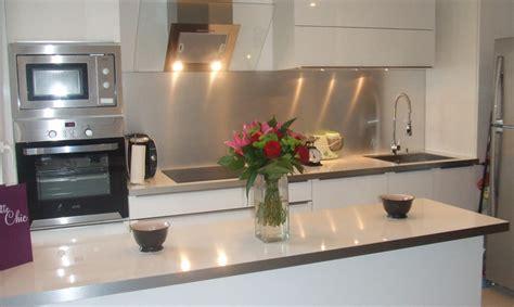 modele de plan de travail cuisine cuisine moderne stratifié blanche avec poignées sur