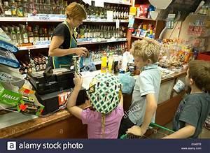 An Der Kasse : kinder kaufen snacks in einem kleinen polnischen general store auswahl von alkohol an der kasse ~ Orissabook.com Haus und Dekorationen