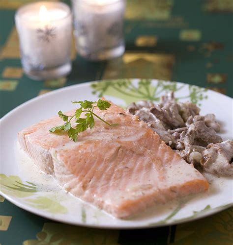 cuisiner pave de saumon pavé de saumon aux girolles les meilleures recettes de