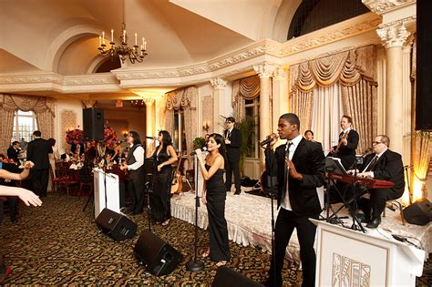 Choosing Between A Band Or Deejay For Your Wedding