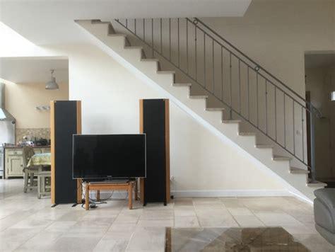 dessous de bureau aménagemer un écran tv sous l 39 escalier