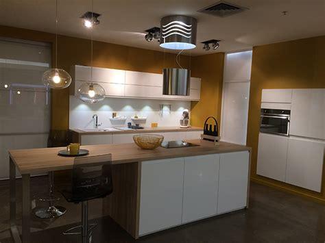 cuisines blanches cuisine mobalpa facades blanches plan travail bois