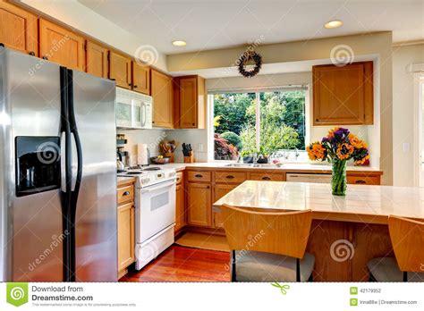 cuisine ile de intérieur confortable de cuisine avec l 39 île et la fenêtre photo stock image 42179352