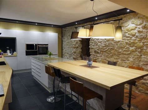 cuisine en bois frene cuisine laquée blanche et bois frêne massif carrelage