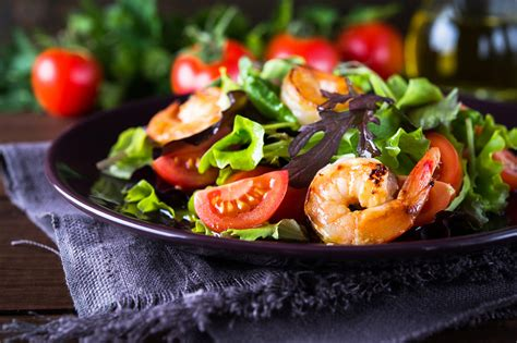 Siltie salāti ar garnelēm