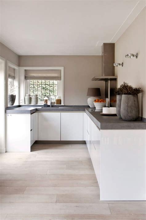 Weiße, Grifflose, Offene Küche Mit Betonoptik Küche
