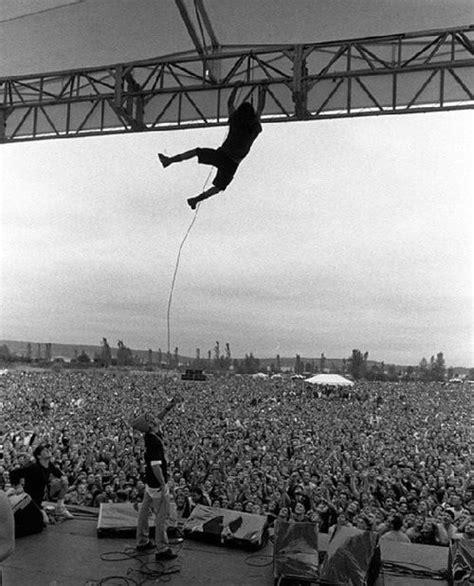 eddie vedder pearl jam stage dive live show mosh - Eddie Vedder Stage Dive