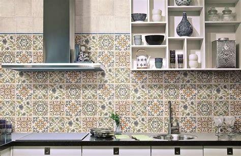 cuisine style marocain crédence cuisine carreaux de ciment patchwork et artistique