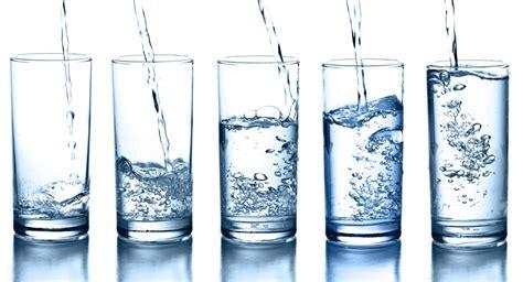 Bicchieri D Acqua Al Giorno by Bere 8 Bicchieri D Acqua Al Giorno Non Serve Silhouette