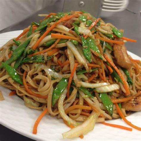 cuisiner nouilles chinoises nouilles sautées aux légumes et au poulet recette de