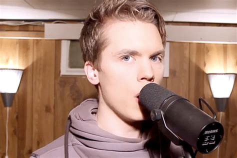 Man Impersonates 14 Different Singers [video]