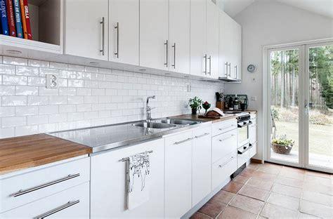 carrelage pour cuisine blanche carrelage m 233 tro blanc dans la cuisine et la salle de bains
