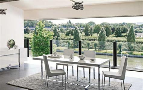 salle à manger roche bobois chaises transparente la table roche bobois blanche sur gris barunsonenter