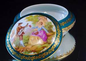 Fragonard Courting Couple  Limoges France  Lidded Trinket Jewelry Box