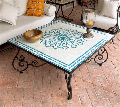 una mesa  mosaico reformas