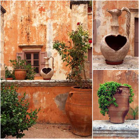 foto vasi di fiori insieme delle foto dal cortile greco antico con i vasi