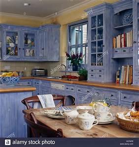 Tisch Und Teller : tassen und teller auf kiefer tisch im landhaus k che mit schr nken gemalt mit einem blauen ~ Watch28wear.com Haus und Dekorationen
