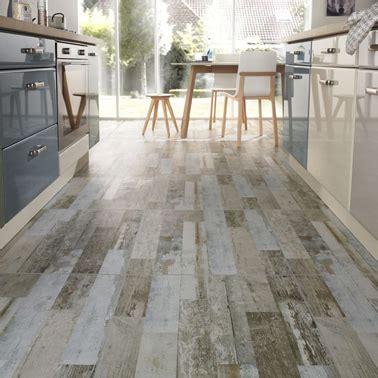 carrelage gris aspect parquet vieilli pour sol cuisine blanche