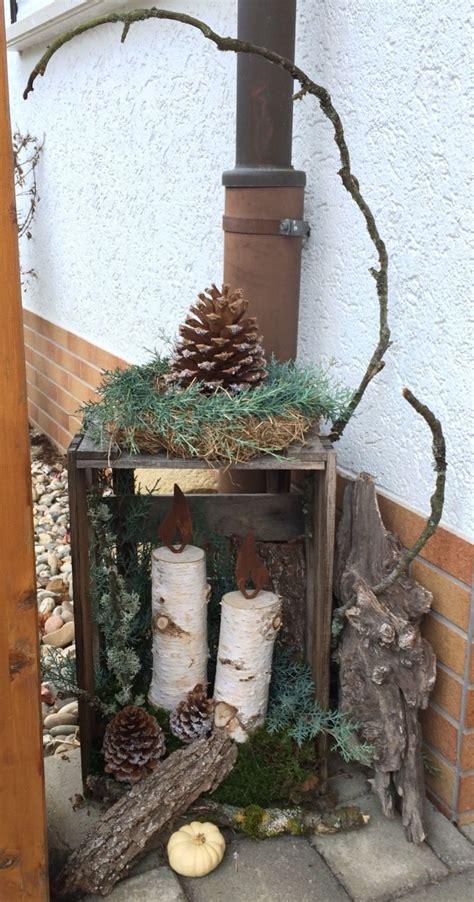 weihnachtliche deko  hauseingang mit naturmaterialien