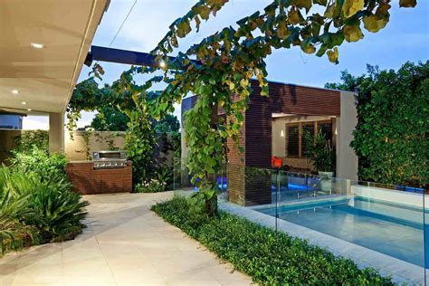 small backyard ideas     dealing