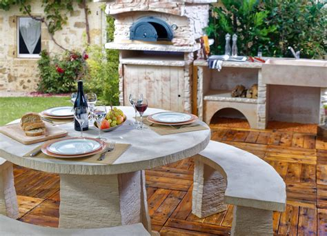 cuisine ete bois cuisine d été extérieure avec four à pizza et salon de jardin