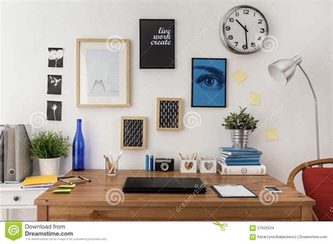 sur le bureau ordinateur portable sur le bureau photo stock image du