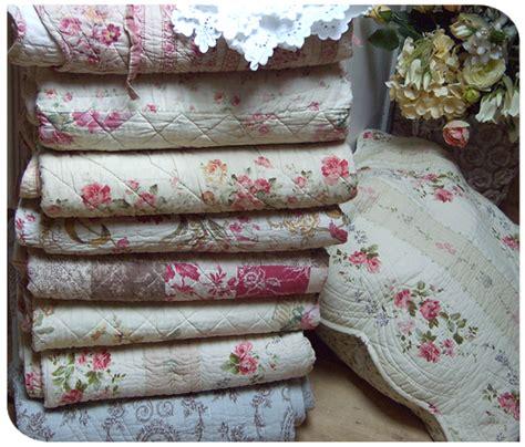 couvre canapé pas cher boutis couvre lit romantique et plaid boutis aux tissus