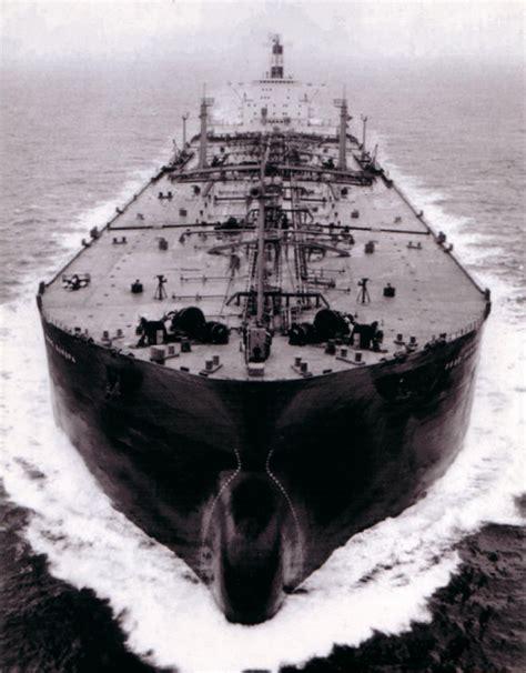 Ein frachter ist auf grund gelaufen und blockiert die wichtige schifffahrtsstraße. TS Esso Europa