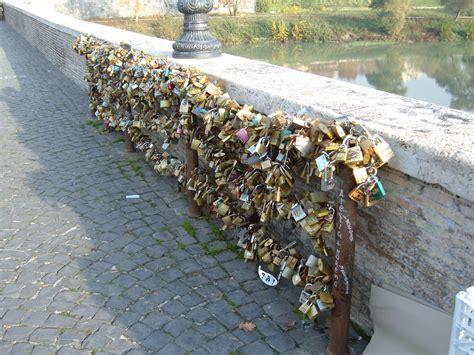 File:Ponte Milvio - Lucchetti 1.JPG - Wikimedia Commons