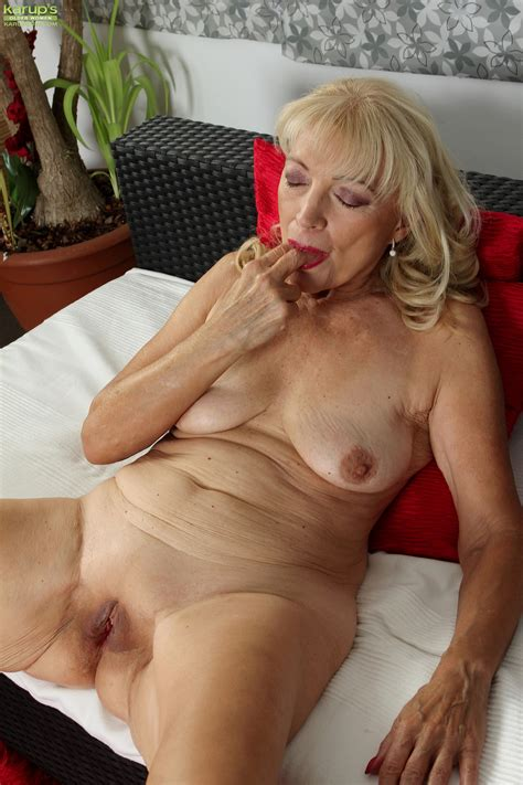 sex starved mature stimulates her pussy in hot milf gallery