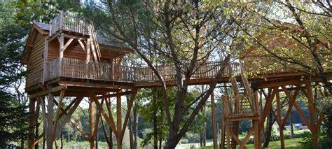 maison en bois dans les arbres cabane dans les arbres dormir dans une cabane perch 233 e dans les arbres