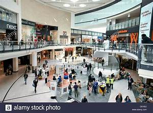 Arndale Centre, Manchester, England. Shoppers and retail ...