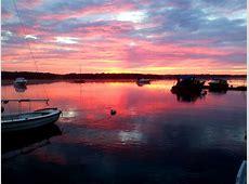 båtplats vacker himmel båtar sjö vatten moln rosa