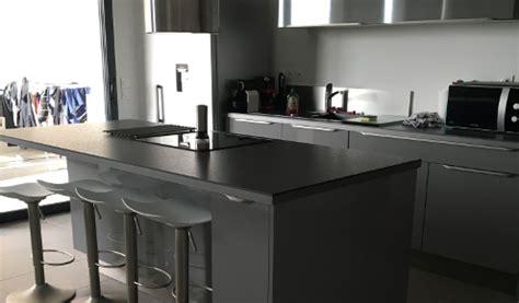 cuisine grise plan de travail noir cuisine aménagée réalisations montpellier